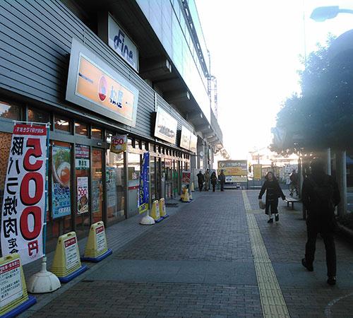 03.出るとすぐに牛丼松屋@があります。食べるのを我慢して直進。