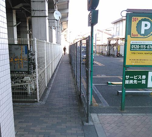04.このような細い道があります。細いですが自転車も通ります。すれ違いお気をつけて